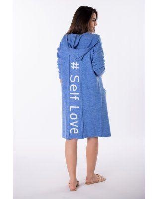sweter z napisem na plecach...